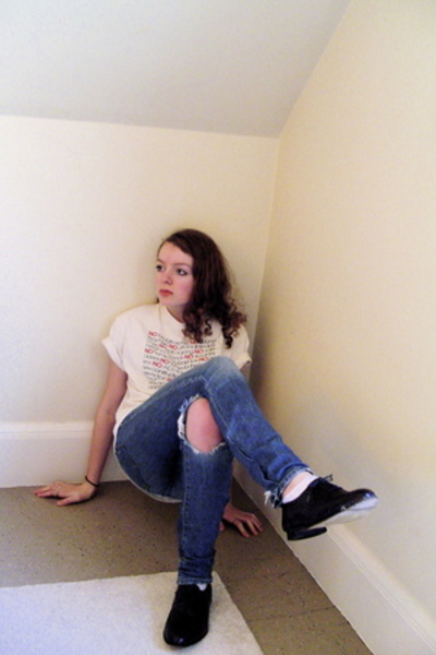 old t-shirt - old jeans - thrifted shoes