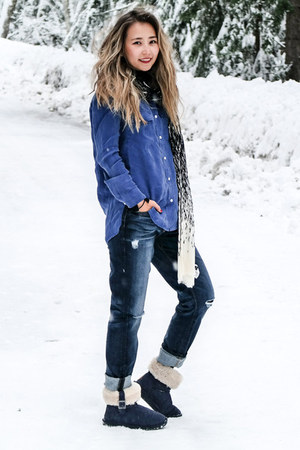 white Karen Kane scarf - navy 7 for all mankind jeans