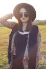 Black-missguided-dress-brown-oversized-zerouv-sunglasses