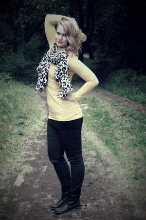 silver scarf - white scarf - black scarf - black shoes - yellow shirt