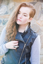 black faux leather Pixie Market jacket - off white feather GINA TRICOT earrings