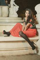 coral maxi skirt skirt - black heels - black floral print top