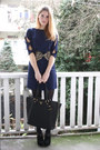 Navy-bow-sleeve-2dayslook-dress-black-zipper-prada-bag-black-pin-zara-heels