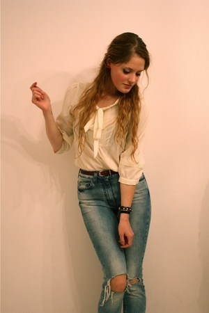 white H&M blouse - red vintage belt - blue H&M Trend jeans