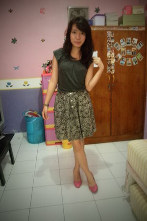 pink amante shoes - gray top - brown skirt