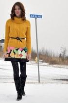 mustard  sweatshirt - black studded  boots