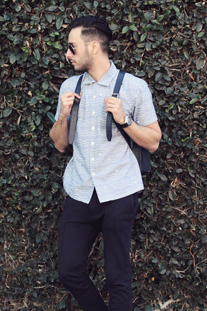 navy backpack Band of Players bag - light blue Levis shirt