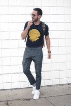 navy M Nii shirt - army green Herschel bag - navy Related Garments socks