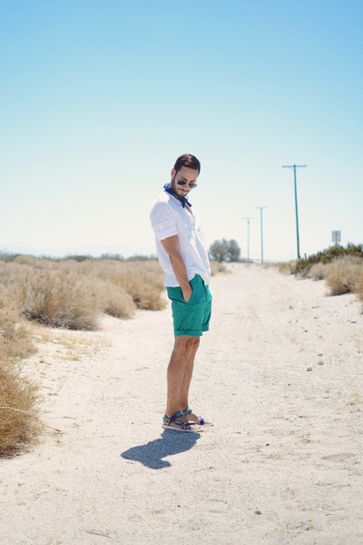 White-h-m-shirt-green-lacoste-shorts-black-ray-ban-sunglasses