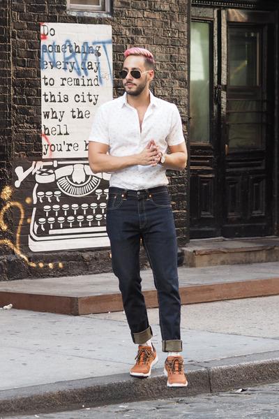 burnt orange Teva sneakers - navy Levis jeans - white Bar III shirt