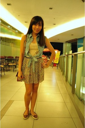 Never Been Kissed skirt - beige Parisian shoes - light blue true love vest