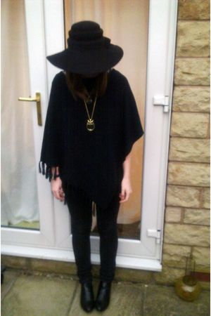 black vintage hat - black thrifted coat - black Primark boots