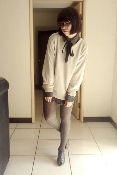 green shirt - silver sweater - silver tights - gray shoes
