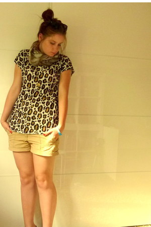 H&M t-shirt - bronze H&M scarf - beige H&M shorts