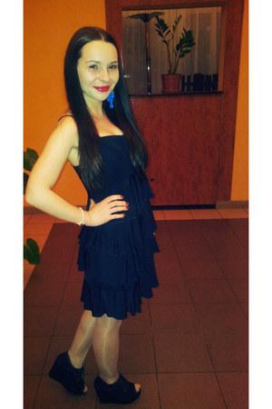 navy dress - black heels - blue earrings