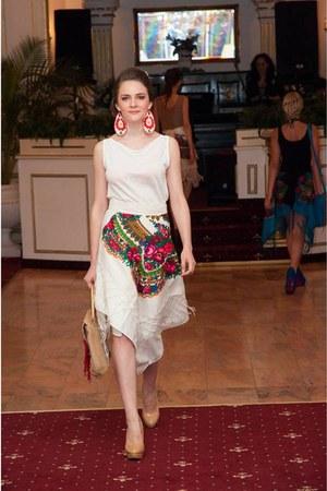 beige Gossip Tree purse - red Gossip Tree skirt - white Gossip Tree earrings