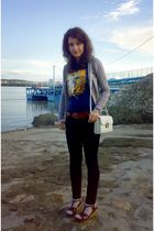 blue t-shirt - black skinny jeans - white trifted bag - brown cardigan