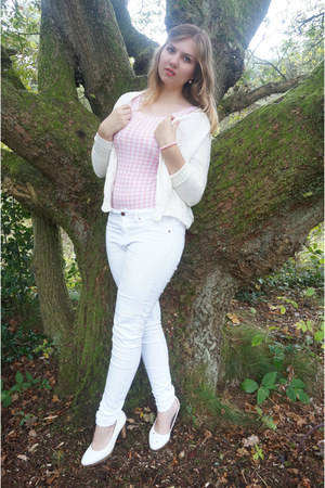 white jeans - bubble gum gingham bodysuit - white knitted cardigan - white pumps