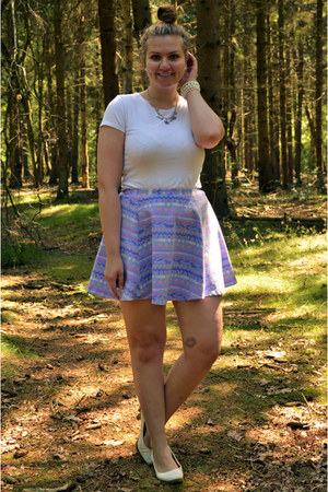 white t-shirt - light purple necklace - light purple skirt - white pumps