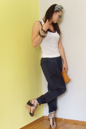 Zara pants - Zara t-shirt - Retro shoes - Urban Republic - bracelet - scarf