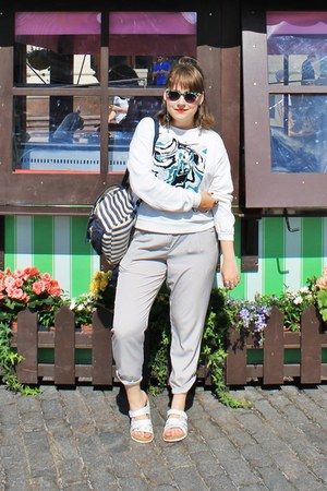 white Bjorndal flats - dark gray vintage bag - green Tiger sunglasses