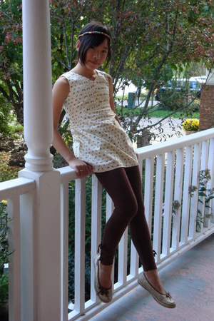 beige top - brown leggings - beige American Eagle shoes - blue accessories