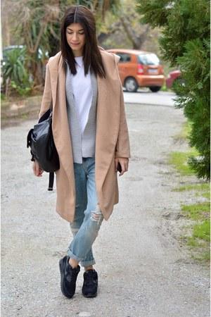 camel choiescom coat - ripped Zara jeans - airmax black nike sneakers