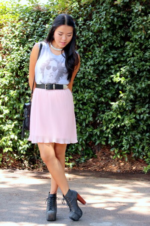 light pink pleats dress - heather gray top - black pumps