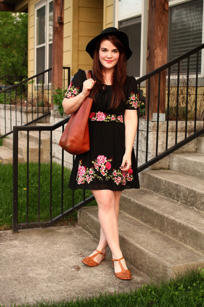 black Chicwish dress - black Moorea Seal hat - tawny madewell bag