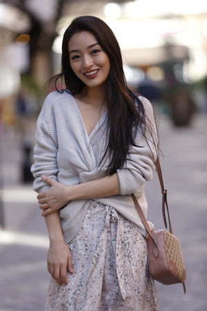 beige cropped twisty Morning Lavender sweater - salmon crossbody Gucci bag