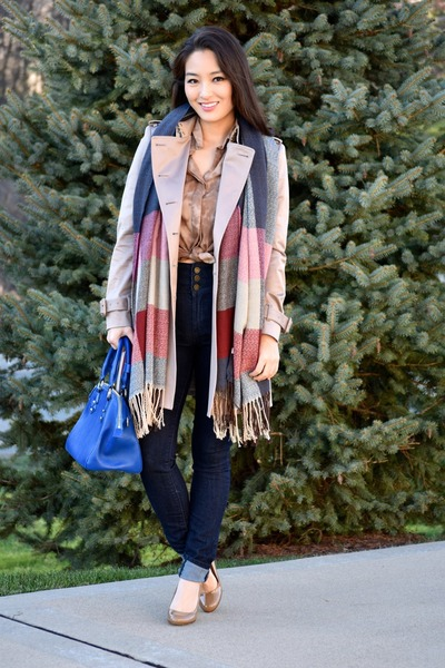 light brown tie dye Velvet Heart top - tan trench Burberry coat - navy YMI jeans