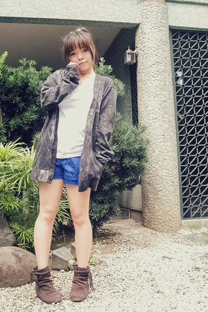 white Bench Body shirt - blue Pazzo shorts - charcoal gray CC OO cardigan
