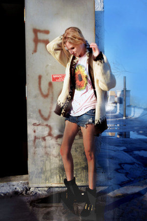 peach tie dye UNIF t-shirt - black ankle boots Jeffrey Campbell boots