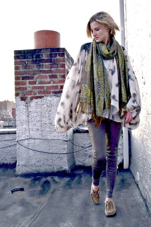 gray liquid govil leggings - green fringed thrifted vintage scarf