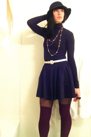purple thigh-high Cant remember socks - black felt cloche Urban Outfitters hat