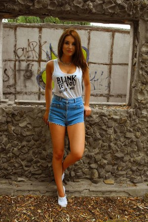 ivory DIY top - sky blue denim shorts Bershka shorts - white H&M flats