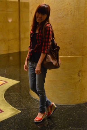 Forever 21 jeans - ROMP shirt - dark brown Shoez Obsession bag - red Vincci wedg