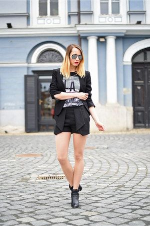 black H&M t-shirt
