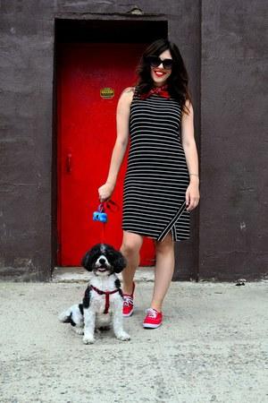 red scarf - black kensie dress - black Urban Outfitters sunglasses