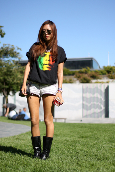 t-shirt - shorts - boots