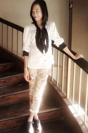 camel floral jeans - black blouse - black wedges