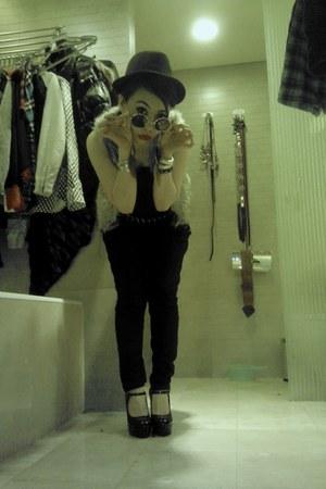 heels - faux fur vest