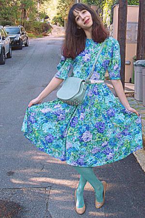 violet floral Ebay vintage dress - aquamarine tights - aquamarine lulus bag