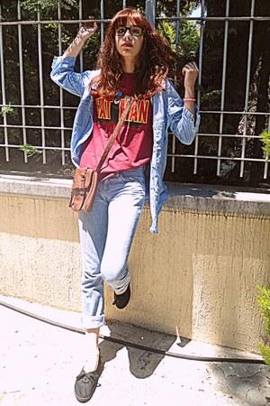 maroon batman romwe t-shirt - light blue levis vintage jeans - brown bag