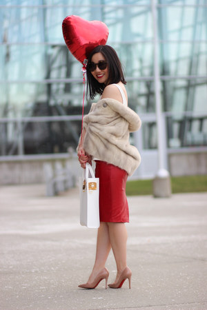 red leather pencil danier skirt - white leather tote Sophie Hulme bag