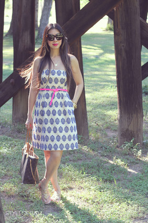hot pink Jcrew belt - blue Jcrew dress - brown house of harlow sunglasses