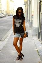 black etam t-shirt