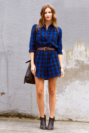 blue shirtdress madewell dress - black bucket madewell bag