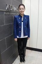 blue coat - white t-shirt - black pants - black boots