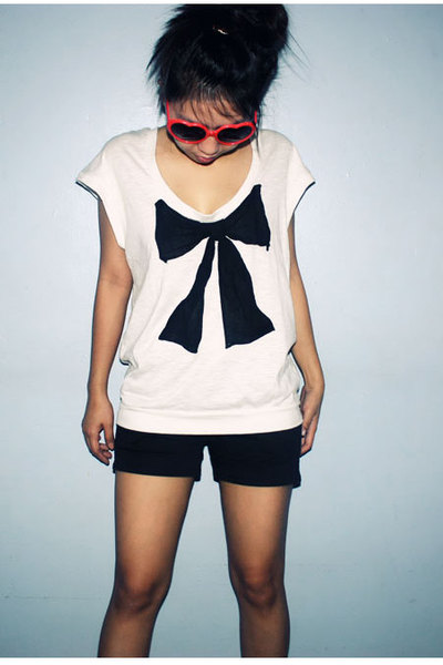 red glasses - white top - black shorts